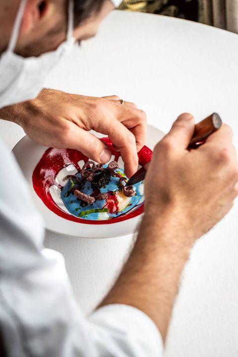 Uovo freddo al caviale Asetra Cru con crema di anguilla e barbabietola, uno dei nuovi piatti del menu autunnale del Rist...